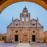 Арка и вид на церковь монастыря Аркади, Крит, Греция