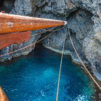 Пещеры в скалах острова Куфониси, Крит, Греция
