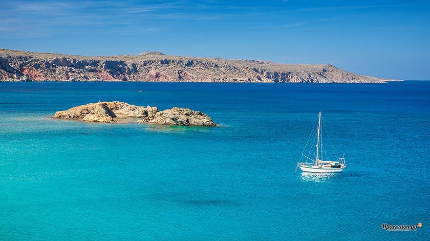 Яхта в бухте пальмового пляжа Вай, Крит, Греция