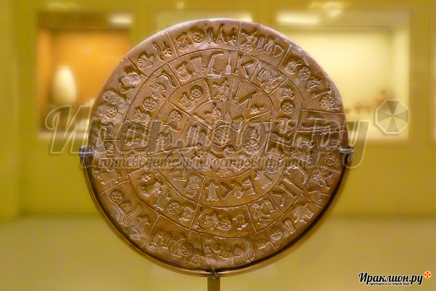 Фестский диск в Археологическом музее Ираклиона, Крит, Греция