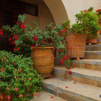 Во дворе монастыря Богородицы сердечной, Крит, Греция