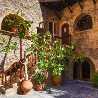 Двор монастыря Топлу, Крит, Греция