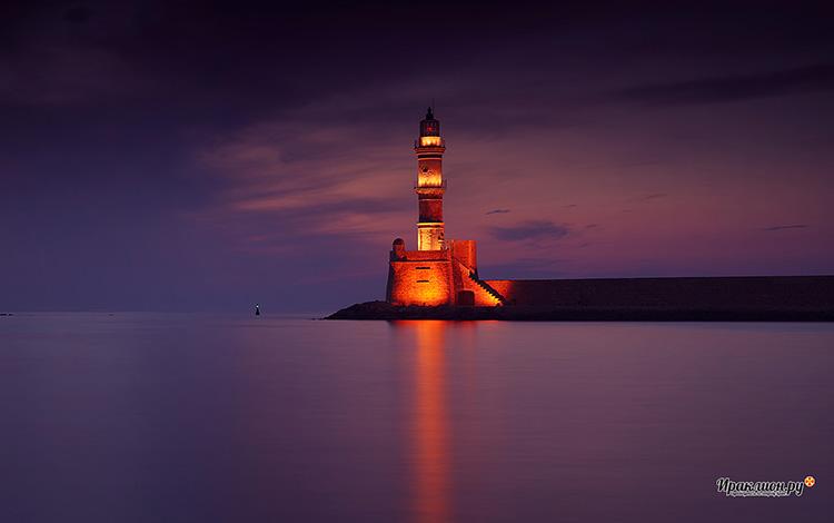 Маяк в гавани Ханьи: один из старейших маяков в мире. Крит, Греция