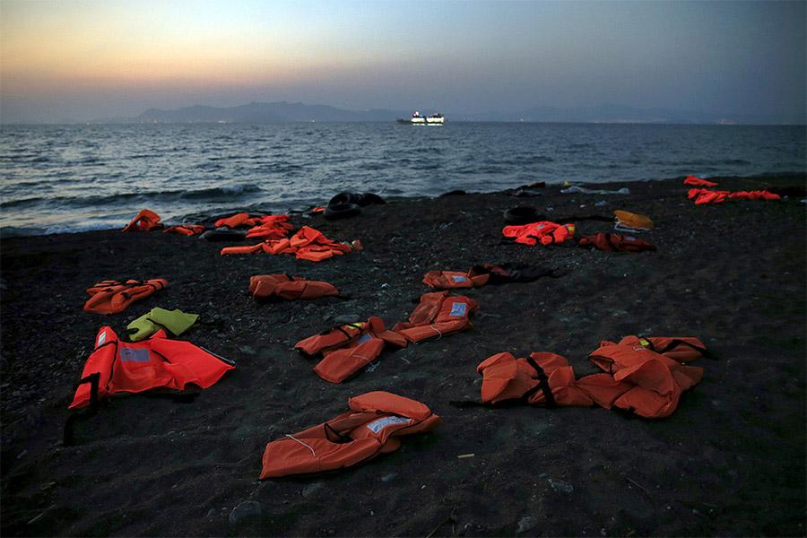 Брошенные сирийскими беженцами на берегу моря спасательные жилеты, остров Кос, Греция (Yannis Behrakis, Reuters)